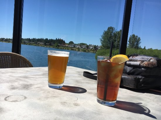 Keizer, Oregón: Beautiful 85 degree day eating at Delaney's!