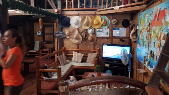 Coron Backpacker Guesthouse: Their living room where you may relax and watch shows on the television.