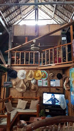 Coron Backpacker Guesthouse: Another shot of their living room.