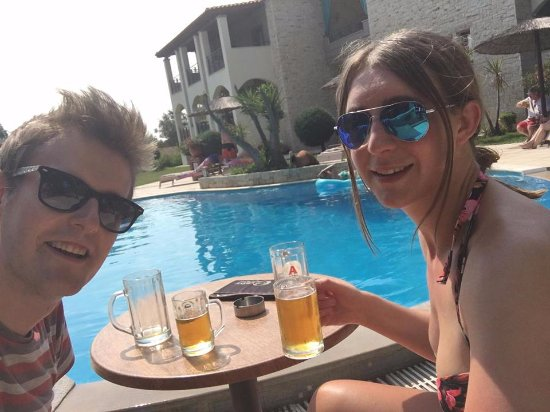 Country Inn Hotel: Beers by the pool!