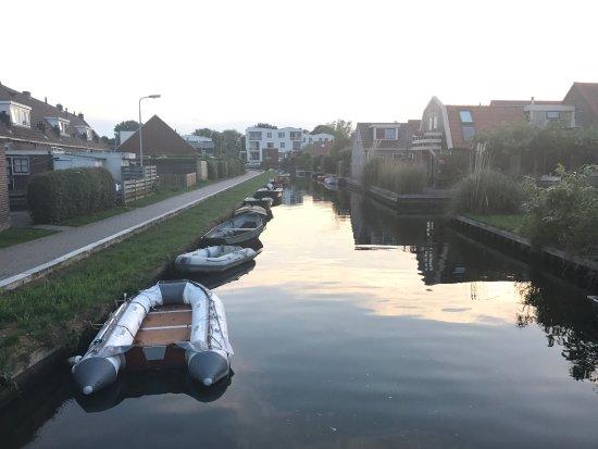 Hotel Oostergoo: Foto scattata durante una passeggiata in Grou, una città costruita sui canali e molto caratteris