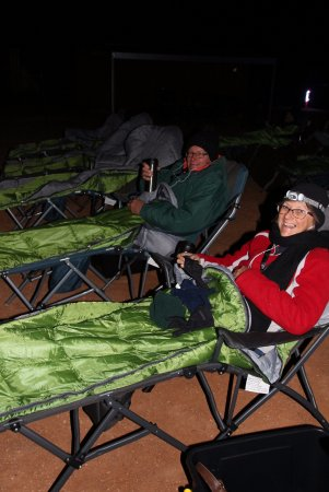 Broken Hill, Australien: Rugged up in sleeping bags and woolens with a hot cuppa.