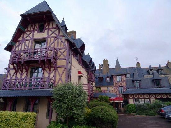 Manoir du Cunningham Hotel: Hotel, gezien vanaf de binnenplaats.