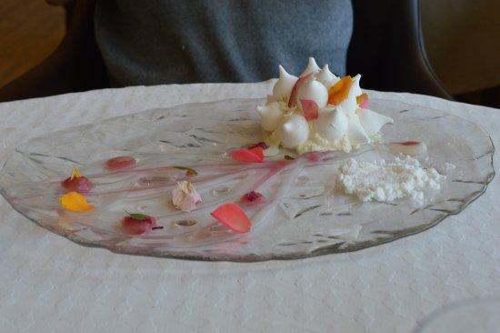 Le Bourget-du-Lac, France: Dessert en forme de rose!