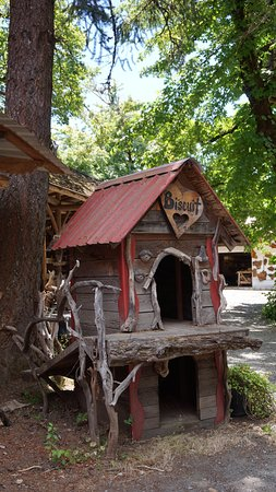 Kerby, OR: 2 storey dog house!!!