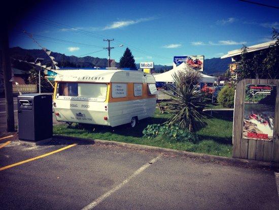 Murchison, นิวซีแลนด์: Back of the caravan from the big carpark..