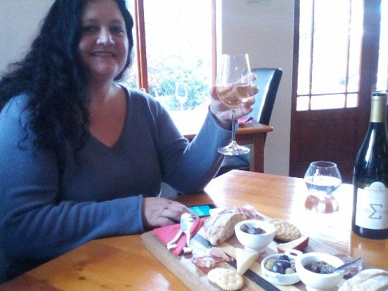 Paarl, Afrika Selatan: Glass of wine given with the platter - white pinotage