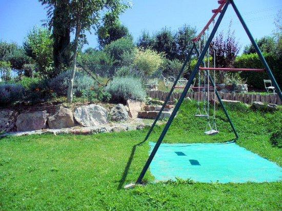 La-Bastide-de-Serou, فرنسا: Portique pour les enfants