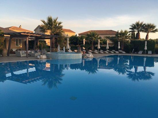 Avithos Resort: Dit heerlijke, schone zwembad, met barretje, opblaasdingen. Je voelt de zee, op 15 minuten lopen