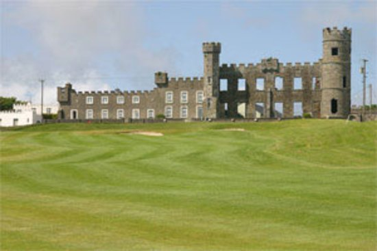 Ballyheigue, Irland: A scenic castle within a golf course