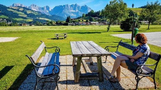 Reith bei Kitzbuehel, Αυστρία: Seating area beside playground