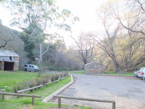‪‪Adelaide Hills‬, أستراليا: Car park of conservation area and old coach house at Horsnell Gully (track head).‬