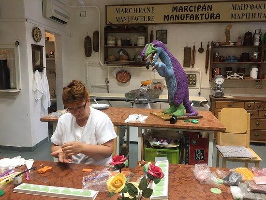 Marzipan Museum : Making marzipan foxes