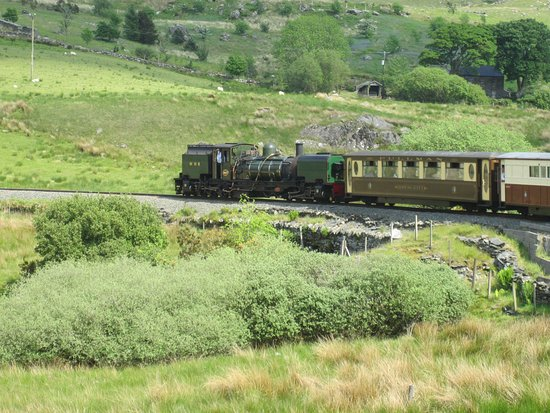 Porthmadog, UK: WHR train on sharp curve