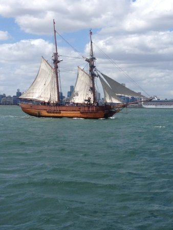 St Kilda, Australia: Great views along the way (the Enterprize Tall Ship).