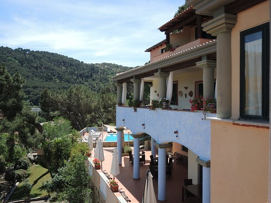 Bitti, Italie : view of dining balcony and pool area