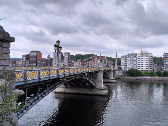 Pont de Fragnee: Vue de perspective du pont, sous un ciel chargé.