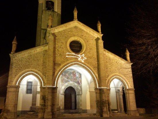 Bossolasco, Italië: la chiesa nella piazza