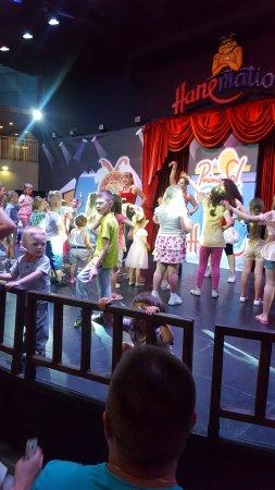 PrimaSol Hane Family Resort: tiyatro da çocuk programı ; akşam sekizden sonra çocuklar sahnede eğleniyor.