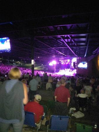 Bethel, Nova York: view from the lawn (and we were at the front). Neil Diamond is down there somewhere!
