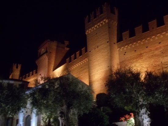 Gradara, Italia: Le imponenti mura di notte