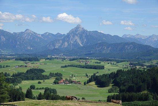 Eisenberg, Deutschland: Blick von der Schlossbergalm auf Füssen und Neuschwanstein