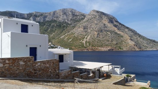 Delfini Hotel Sifnos: A fabulous view past the hotel to Kamares Bay