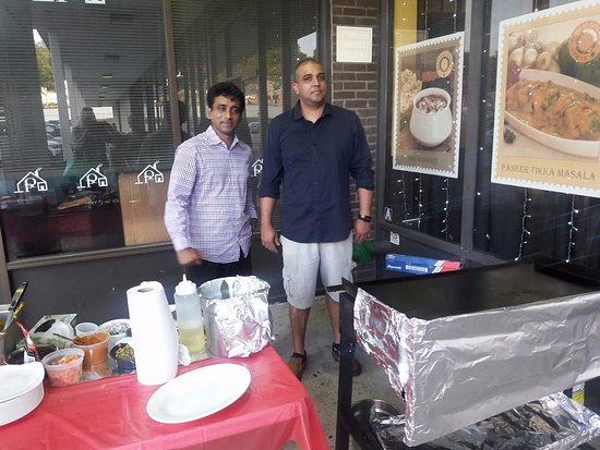 Yonkers, NY: Guy on right is Paul-left is the amazing dosa chef!
