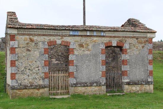 Oradour-sur-Glane old town: Toilet bij het station