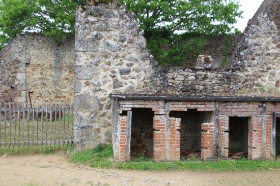 Oradour-sur-Glane old town: oude woning met kleine opberg ruimte waarin personen zich hadden verstopt