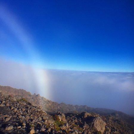 Mauna Kea Summit: 雲の上に出たら晴れて虹が出ました