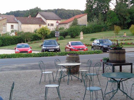 Chardonnay, Francia: Vue sur le parking de l'hôtel en face de l'établissement