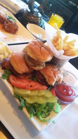 Pittsford, نيويورك: southern fried chicken sliders...
