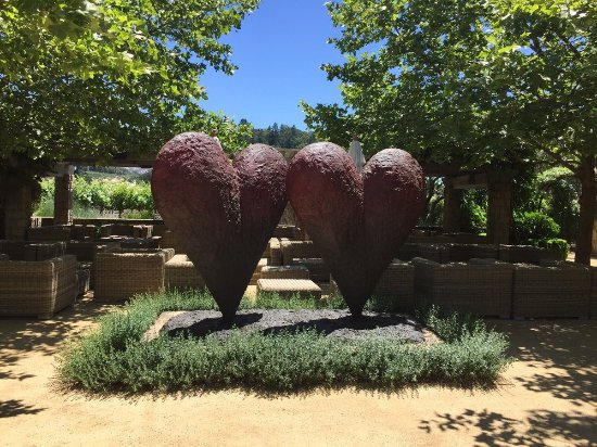 Yountville, Californië: Heart sculpture outside