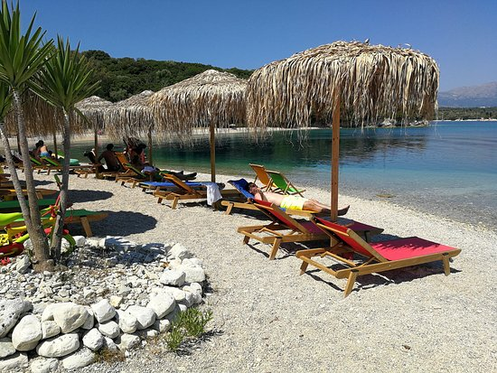 Fanari Beach: Comfortable sunbeds at Jammin Paradise