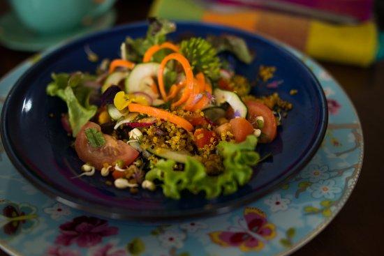 Kinvara, ไอร์แลนด์: Vegan salad at Sanctuary Cafe