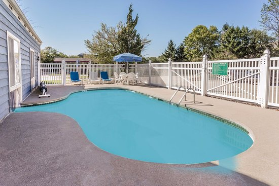 Baymont Inn & Suites Mequon Milwaukee Area: The outside area of the indoor/outdoor pool