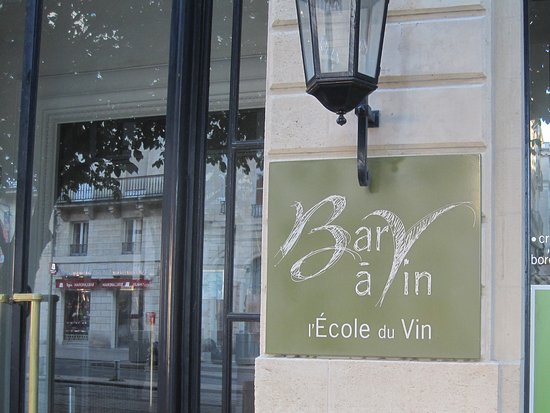 Bar a vins Ecole du vin a Bordeaux : Alas, closed on Sundays.