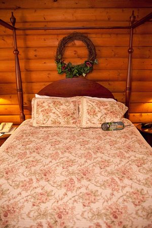 Mequon, WI: Queen Bed