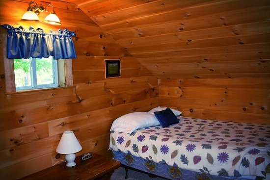 The Forks, Μέιν: Pleasantly surprised by the renovation of these cabins! We usually stay once a year and this yea