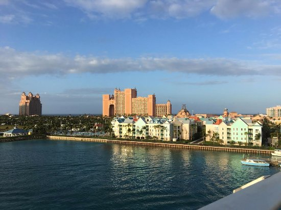 Atlantis, Royal Towers, Autograph Collection: View of the hotel from our walk