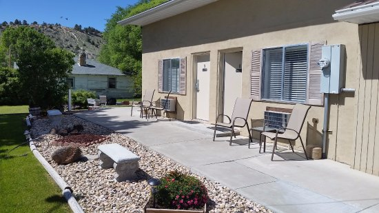 Bybee's Steppingstone Motel: Nice landscaping with patio chairs and table outside the room.