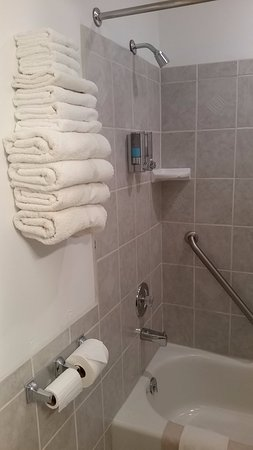 Tropic, UT: Clean and nice bathroom with great hot water pressure. 4 sets of towels provided.
