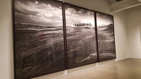 Nueva York, Estado de Nueva York: Gallery: Metro Pictures Artist: Robert Longo. Massive photo-realistic drawings in charcoal.