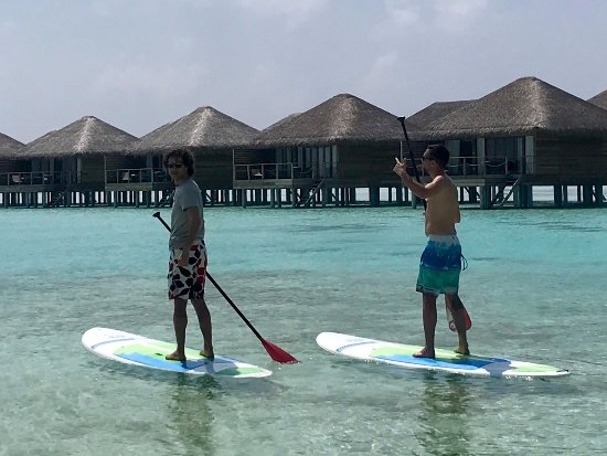 Lhaviyani Atoll: Stand up paddling on besides the water villas.