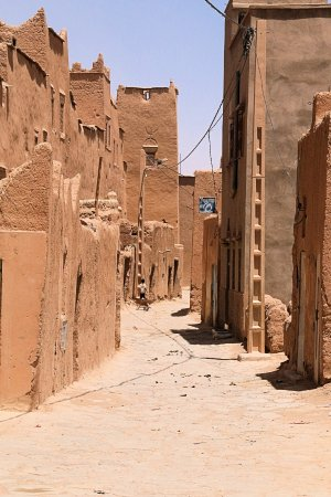 Ksar El Khorbat : Street scene outside the walls