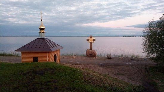 Rostov, Ρωσία: крест часовня Ростов озеро Неро