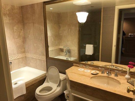 Wedgewood Hotel & Spa: Bathroom