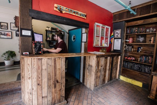 Firehouse Hostel: Reception and entrance to Firehouse Lounge