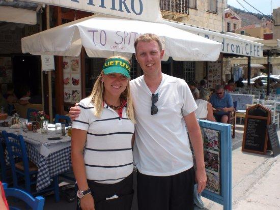 Gialos, Greece: l'hôtesse très accueillante !!
